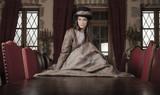 femme robe époque victorienne dans un château  © Sokarys