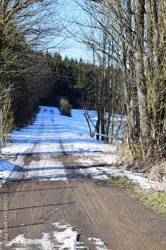 Fotobehang Spoorlijn verschneiter Waldweg, nahe Nürburgring 02/18