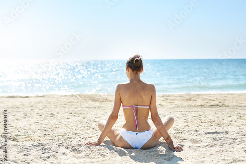 Staande foto Lichtblauw beautiful sexual woman in bikini against the sea and sky