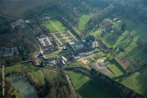 Foto op Plexiglas Groen blauw vue aérienne de l'abbaye de Valloires dans la Somme en France