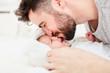 Vater gibt Baby einen Kuss auf die Stirn