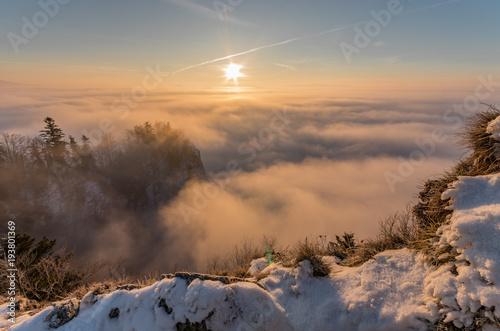 Mglisty krajobraz górski w godzinach porannych, Polska