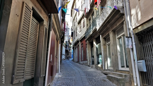 Aluminium Smalle straatjes An interesting street in the old part of Porto, Portugal. The romance of the neighborhood makes you express your love. Photos filmed on 19.09.2015 year.