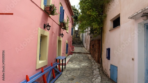 In de dag Smal steegje A colorful Street in the Port of Fiscardo in island Kefalonia, Greece. Photos filmed on 30.06.2016 year.