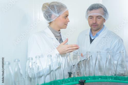 specjalista w zakresie sprawdzania butelek fabrycznych