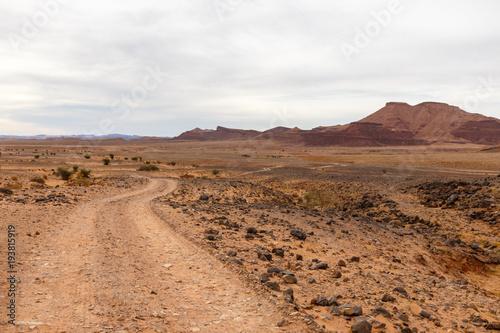 In de dag Marokko road in the desert, Sahara desert, Morocco