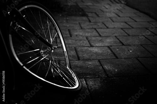 czarno-biały obraz zepsutego koła rowerowego