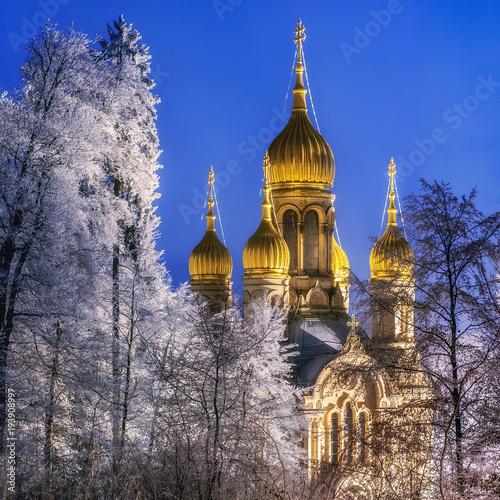 Rosyjski Kościół Prawosławny święty Elizabeth w Wiesbaden, Neroberg, Niemcy, przy nocą, zima.