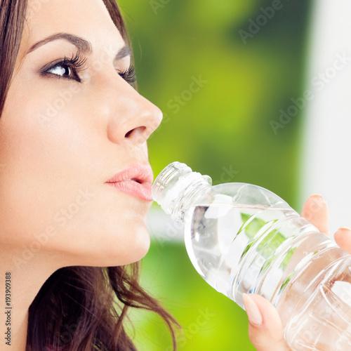 Młoda kobieta z wodą, outdoors