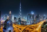 Blick auf die Skyline von Dubai bei Nacht mit Sternenhimmel
