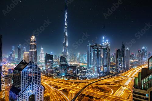 Foto op Canvas Dubai Blick auf die Skyline von Dubai bei Nacht mit Sternenhimmel