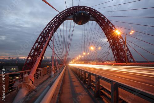 Most Zhivopisny w nocy, wieczorem. Miejskie światła. Nocne miasto. Lekkie ślady. Moskwa, Rosja