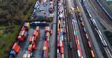train de marchandise et voie ferrée en vue arérienne