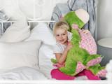 Kind kuschelt mit seinem Stofftier im Bett - 193969502