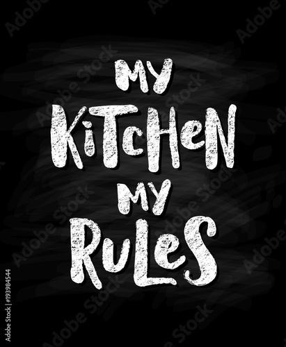 moja-kuchnia-moje-zasady-nowozytny-kredowy-skutka-tekst-na-czarnym-chalkboard-tle-wektor-ilustracja-strony-napis-cytat