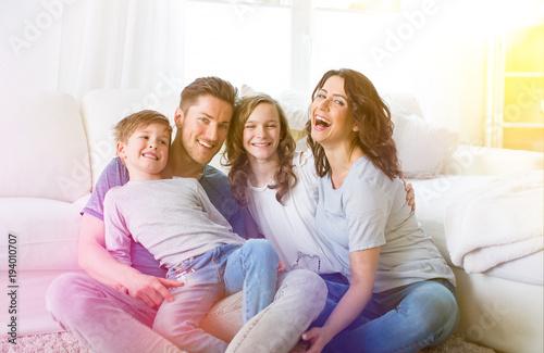 familie lacht zusammen mutter vater kinder