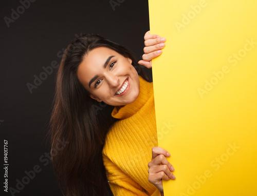Wspaniała dziewczyna pokazuje żółtego sztandar