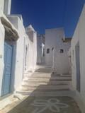 escaliers blancs dans les cyclades - 194072148