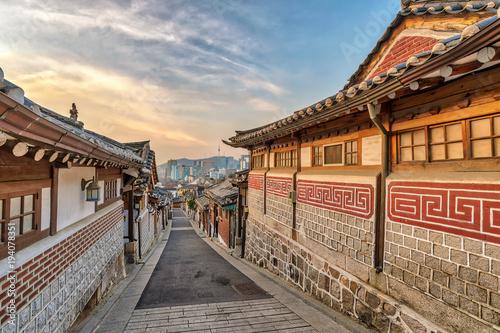 Papiers peints Seoul Seoul sunrise city skyline at Bukchon Hanok Village, Seoul, South Korea