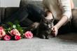 Junge Frau mit ihrer Katze