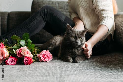 Fotobehang Kat Junge Frau mit ihrer Katze