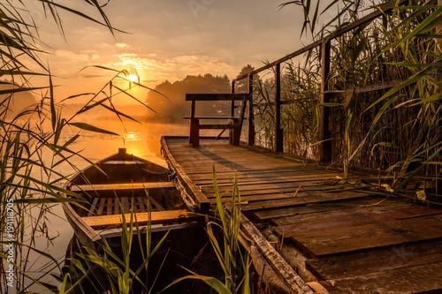 Staande foto Zee zonsondergang Sunrise by the lake