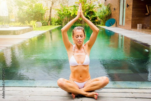 Aluminium School de yoga Woman in lotus yoga pose by the pool