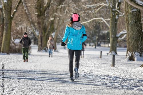 Deurstickers Jogging Läuferin im Schnee