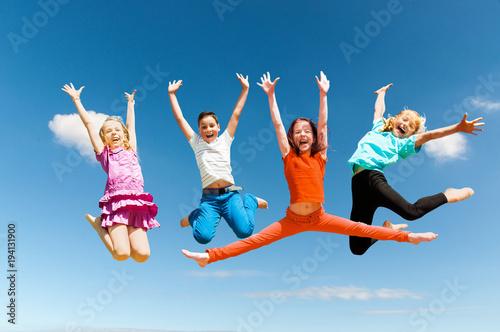 Happy aktywnych dzieci skoki