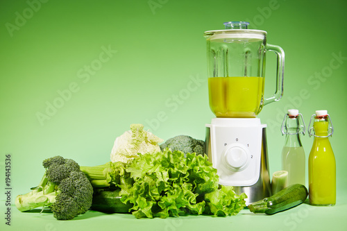 Foto op Canvas Sap Fresh diet vegetable smoothie on green background