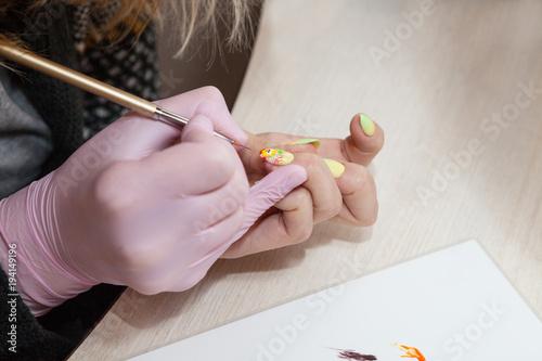 Fotobehang Manicure Создание маникюра с рисунком в пасхальном стиле.