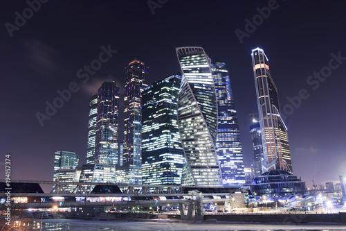 Centrum biznesowe miasta Moskwy w nocy. Drapacze chmur iluminujący na Moscow rzece. Pejzaż z Moskwy z lampek nocnych
