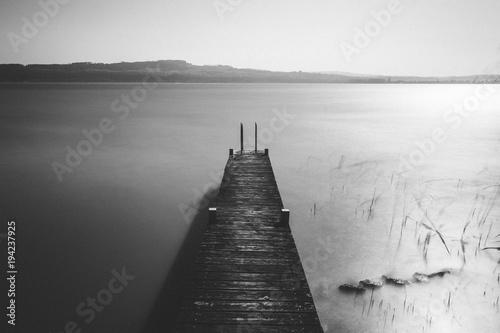 Fotobehang Pier Ponton sur le lac de Neuchâtel en pose longue
