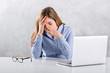 canvas print picture - Computer Arbeit, erschöpfte Business Frau sitzend am Tisch, reibt sich müde Augen
