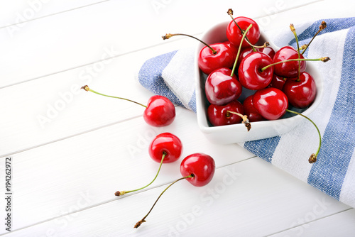 Fotobehang Kersen Cherries on white wood background