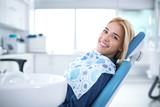 Uśmiechnięty i zadowolony pacjent w gabinecie stomatologicznym