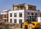 Baugebiet mit Neubau und einem Rohbau