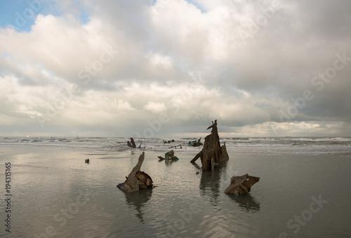 Fotobehang Schipbreuk reste de bateau sur la plage