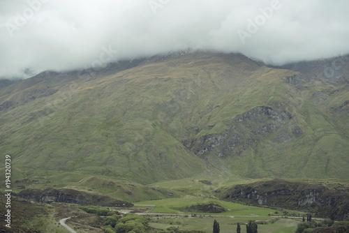 Deurstickers Khaki Paisaje de montañas verdes con densas nubes en la cumbre