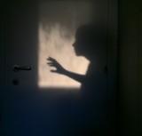 silhouette di una persona che apre la porta - 194357783
