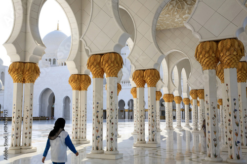 Fotobehang Abu Dhabi Couloirs et colonnes. Mosquée Sheikh Zayed. 1995. Abou Dhabi. / Arches surrounding central courtyard. Sheikh Zayed Mosque. 1995. Emirate of Abu Dhabi..