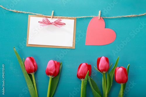 Motyw Walentynki z tulipanów i kartkę z życzeniami