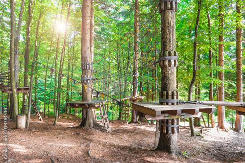 Foto op Aluminium Amusementspark costruzioni di legno nel bosco per percorso sugli alberi