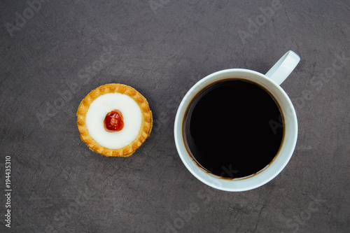 Fotobehang Kersen Cherry bakewell tart cake and coffee cup