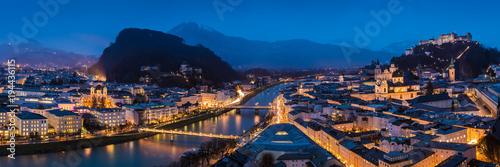 In de dag Barcelona Panorama der Stadt Salzburg mit Hohensalzburg und Salzach am Abend