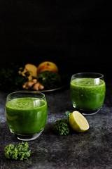 zielony świeży świeżowyciskany sok owocowy z jarmużu, jabłka, pietruszki i limonki