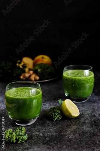 Fotobehang Sap zielony świeży świeżowyciskany sok owocowy z jarmużu, jabłka, pietruszki i limonki