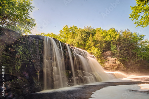 Piękny wodospad wiosenny