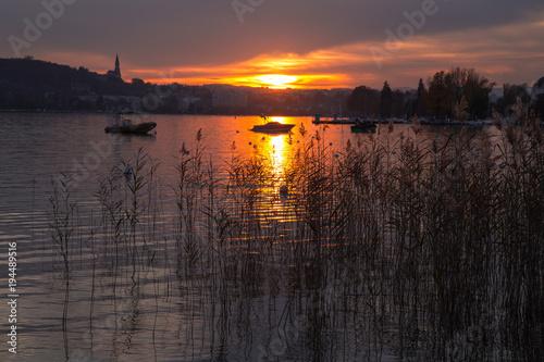 Fotobehang Cappuccino Coucher de soleil sur le lac d'Annecy