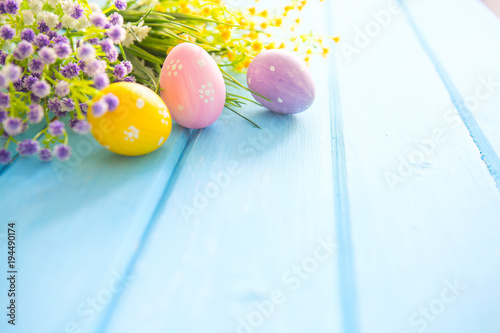 Kolorowe dekoracje wielkanocne na drewnianej desce